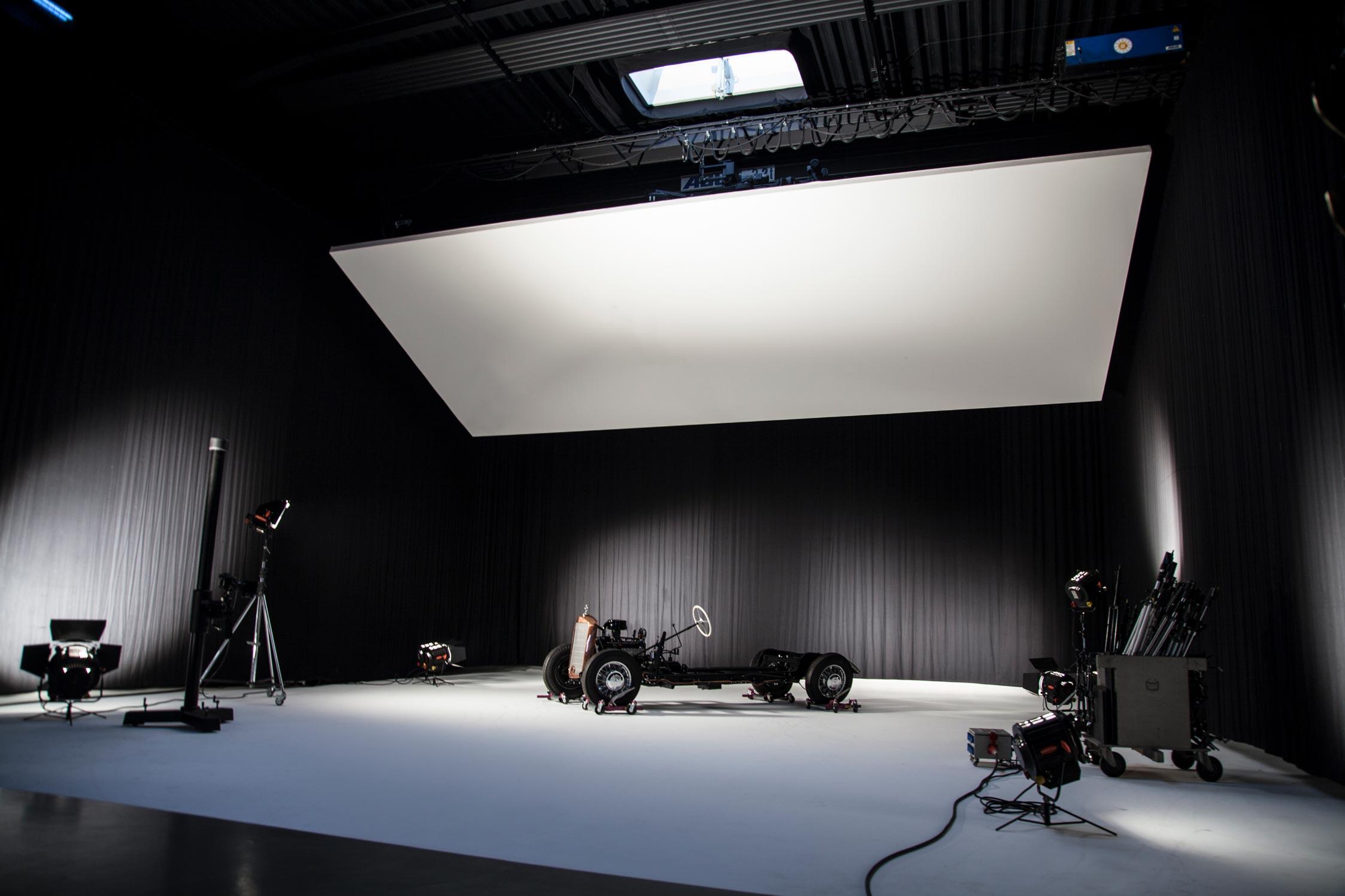 Mit schwarzen Vorhängen abgedunkeltes Großraumfotostudio