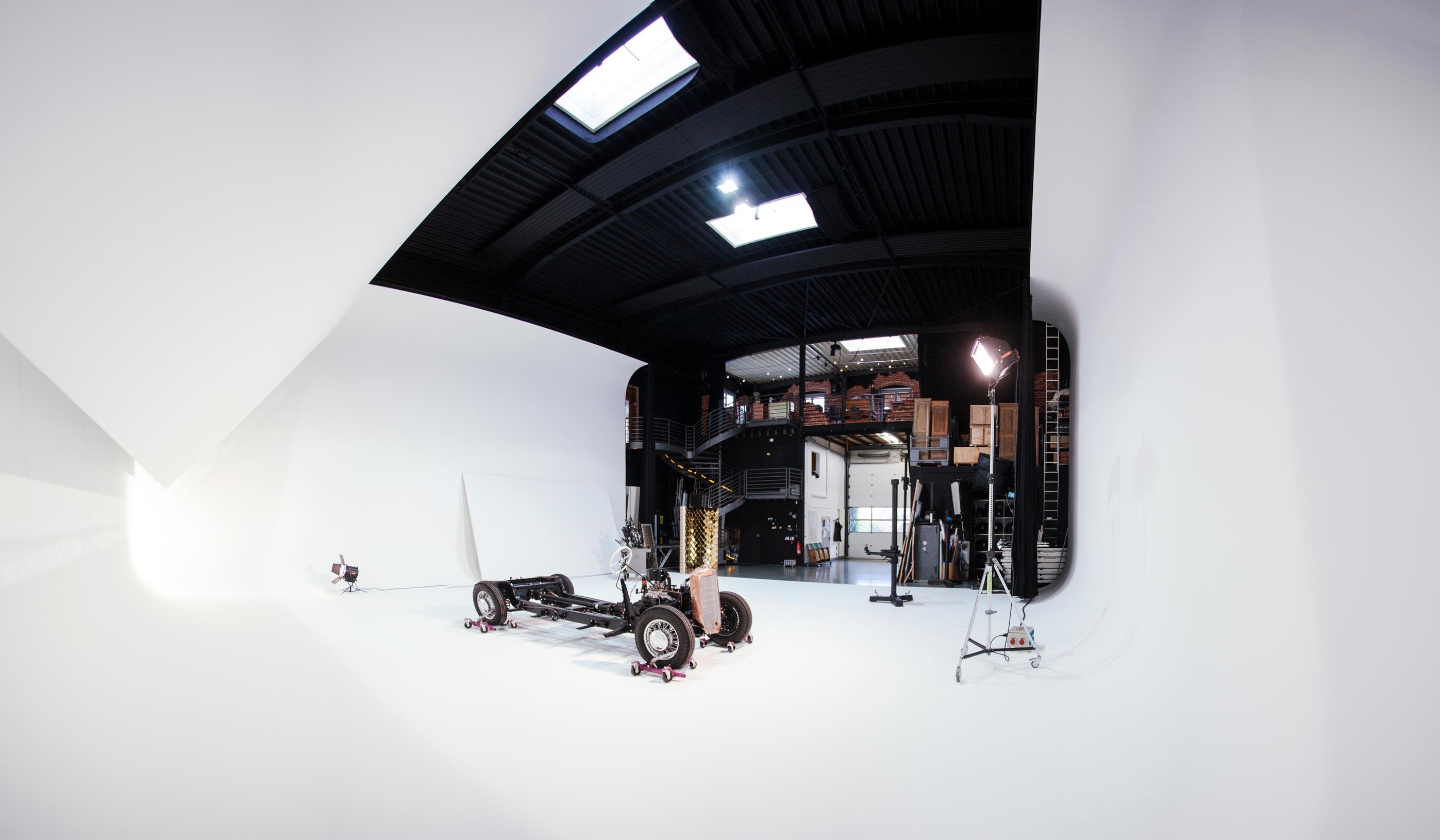 Großes Fotostudio mit Equipment und einem Chassis