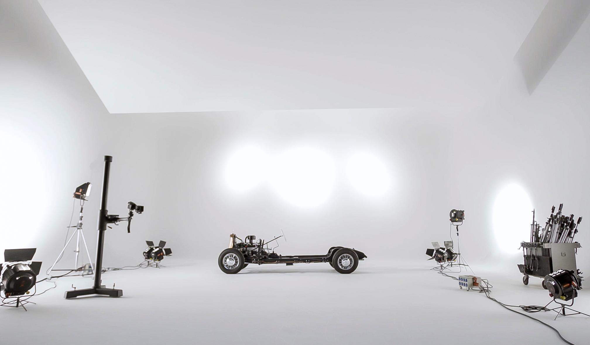 Großes Fotostudio mit Equipment und einem Chassis in der Mitte